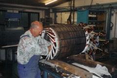 Einlegen der vorgefertigten Spulen eines Drehstrommotors Sonderbauform Degussa 550kW